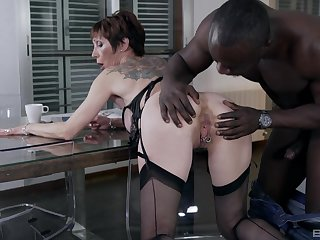 Black man fucks the mature woman in imprecise manners