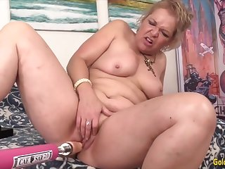 Horny mature woman enjoys their pussies getting stretched by shacking up machines