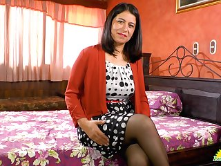Latin mature woman Anabella is bringing off with her favorite sex toy